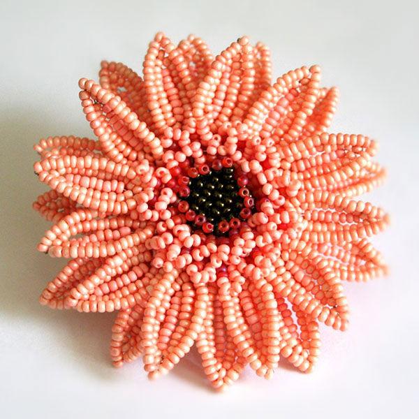 Мастер-класс об изготовлении своими руками потрясающе красивого цветка герберы из бисера был взят с сайта о...