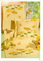 Подушка с желтыми ромашками и бабочками - цветная схема вышивки крестом.