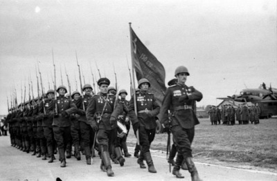 Валентин Варенников со Знаменем Победы