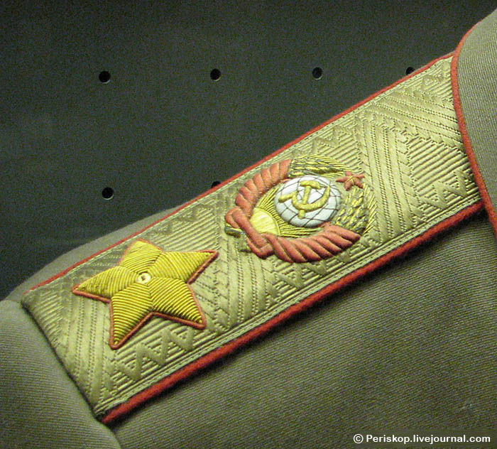 Китель Г.К.Жукова (1947 г.), погон Маршала Советского Союза.  Обратите внимание, что шитьё индивидуальное...