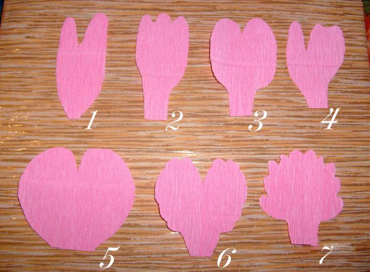 Пионы с конфетой из гофрированной бумаги своими руками
