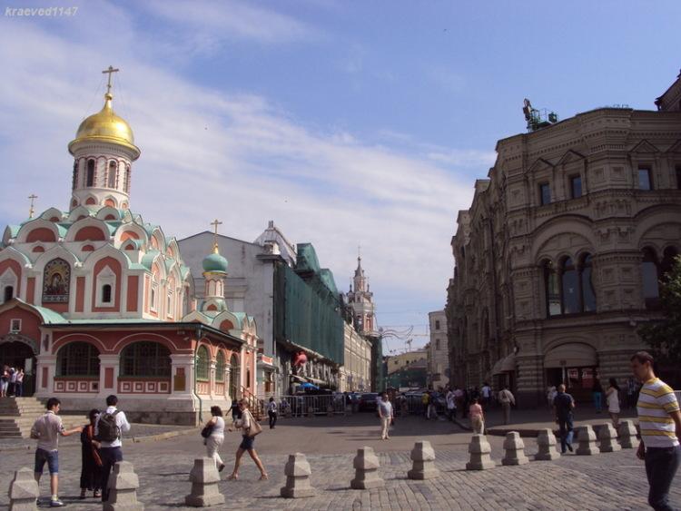 На фото хорошо видна Никольская. Слева- Казанский собор, справа - ГУМ.